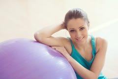 行使与physioball的少妇在健身房 免版税图库摄影