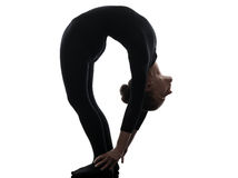 行使体操瑜伽的妇女柔术表演者剪影 免版税图库摄影