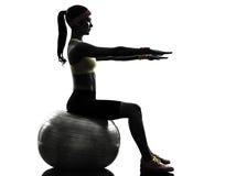 行使健身球锻炼剪影的妇女 免版税库存图片