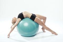 行使健身的一名白种人妇女 图库摄影