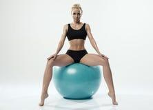 行使健身的一名白种人妇女 免版税库存图片