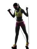行使健身跳绳剪影的妇女 免版税库存照片