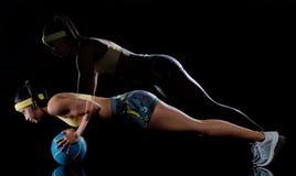 行使健身锻炼被隔绝的黑背景lightpainting的作用的妇女 库存照片