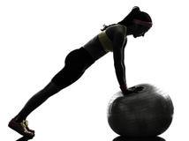 行使健身锻炼俯卧撑剪影的妇女 库存图片