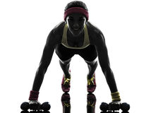 行使健身锻炼俯卧撑剪影的妇女 库存照片
