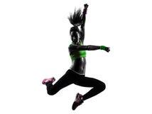 行使健身zumba跳舞跳跃的剪影的妇女 库存照片