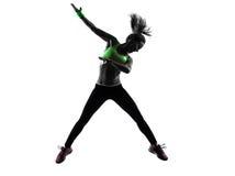 行使健身zumba跳舞跳跃的剪影的妇女 免版税库存照片