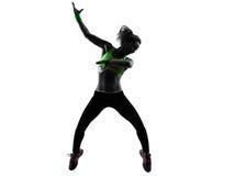 行使健身zumba跳舞跳跃的剪影的妇女 免版税库存图片