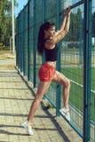 行使在一个晴朗的早晨的美丽的女孩女运动员在体育场 库存图片
