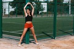 行使在一个晴朗的早晨的美丽的女孩女运动员在体育场 库存照片
