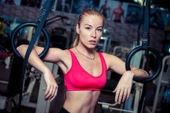 行使在体操运动员的适合的女孩在健身房敲响 库存图片