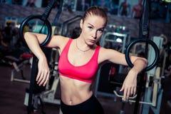 行使在体操运动员的适合的美丽的女孩在健身房敲响 库存照片