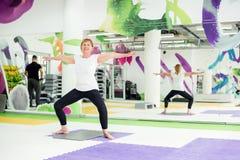 行使在健身中心的资深妇女 免版税图库摄影