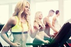 行使在健身健身房的踏车小组 免版税库存图片