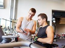 行使在健身房机器的人 库存图片