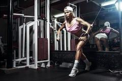 行使在健身房的健身白肤金发的妇女 免版税库存图片