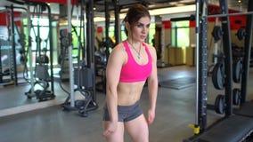 行使在健身房的女运动员仰卧起坐 做蹲坐的肌肉少妇 体育,秀丽,健身的概念 股票录像
