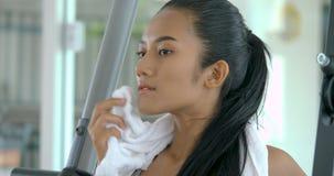 行使在健身房的年轻亚裔妇女 影视素材