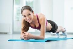 行使在健身房的微笑的妇女 免版税图库摄影