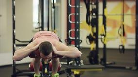 行使在健身房的斜面长凳的运动员 影视素材