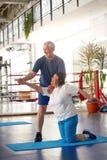 行使在健身房的活跃愉快的年长夫妇 免版税库存图片