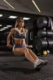 行使在健身房的美好的性感的健身 库存照片