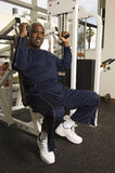 行使在健身房的老人 库存照片