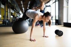 行使在健身房的运动妇女 免版税库存图片