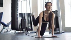 行使在健身房的逗人喜爱的妇女 股票视频