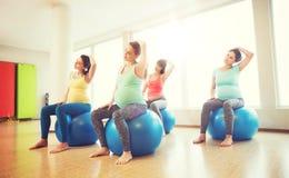 行使在健身房的fitball的愉快的孕妇 库存图片