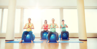 行使在健身房的fitball的愉快的孕妇 免版税库存照片