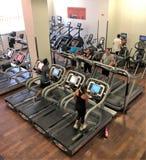 行使在健身房踏车的人们 免版税库存图片