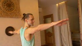 行使在健身演播室瑜伽的人瑜伽类健康生活方式 影视素材
