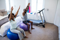 行使在健身球的夫妇在卧室 库存图片