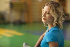 行使在健身类的席子的妇女 女性锻炼 免版税库存照片
