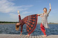 行使在公园的两名妇女 一起做锻炼的年轻美女户外 库存照片