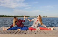 行使在公园的两名妇女 一起做锻炼的年轻美女户外 图库摄影