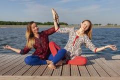 行使在公园的两名妇女 一起做锻炼的年轻美女户外 库存图片