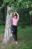行使在公园的美丽的性感的妇女 库存照片