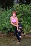 行使在公园的美丽的性感的妇女 免版税库存图片