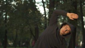 行使在公园的运动员,保持身体健康和适合的,活跃生活方式 影视素材