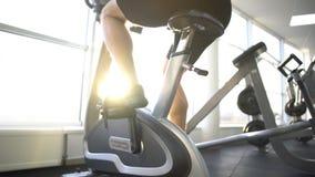 行使在固定式自行车的运动员在早晨,健康生活方式刺激 股票录像