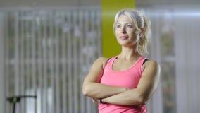 行使在有copyspace的演播室的可爱的适合妇女 做健身锻炼的健康年轻女运动员的图象 影视素材