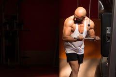 行使在机器的肌肉人三头肌 免版税库存照片