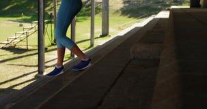行使在步的女运动员在运动会比赛地点4k 股票录像