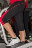 行使在步进的健身女孩特写镜头在健身房 免版税库存照片