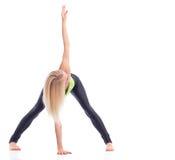 行使在演播室的可爱的女性体操运动员 免版税库存照片