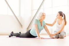 行使在瑜伽席子的正面快乐的妇女 库存照片