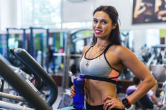 行使在省略教练员心脏训练的健身房的妇女 免版税库存照片