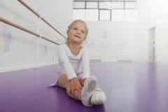 行使在舞蹈学校的逗人喜爱的愉快的矮小的芭蕾舞女演员 免版税库存照片